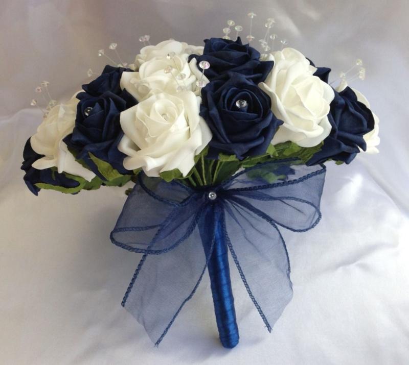 Bó hoa cưới cầm tay màu xanh dương và trắng giản dị