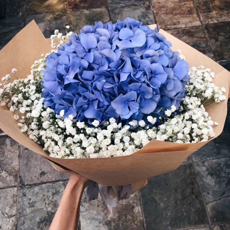 Bó hoa cưới cầm tay màu xanh dương từ hoa cẩm tứ cầu mix hoa baby trắng