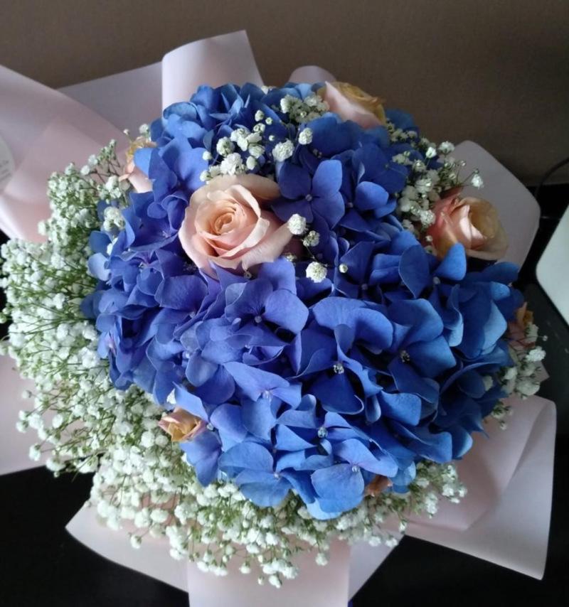 Bó hoa cưới cầm tay màu xanh dương từ hoa cẩm tú cầu mix hoa hồng