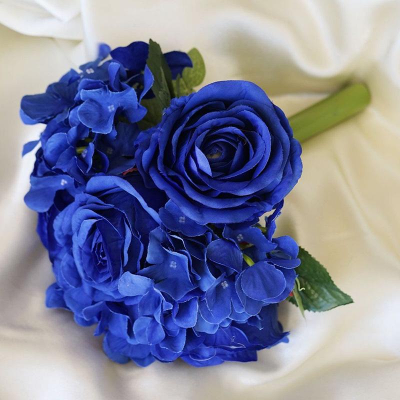 Bó hoa cưới cầm tay màu xanh dương từ hoa hồng xanh