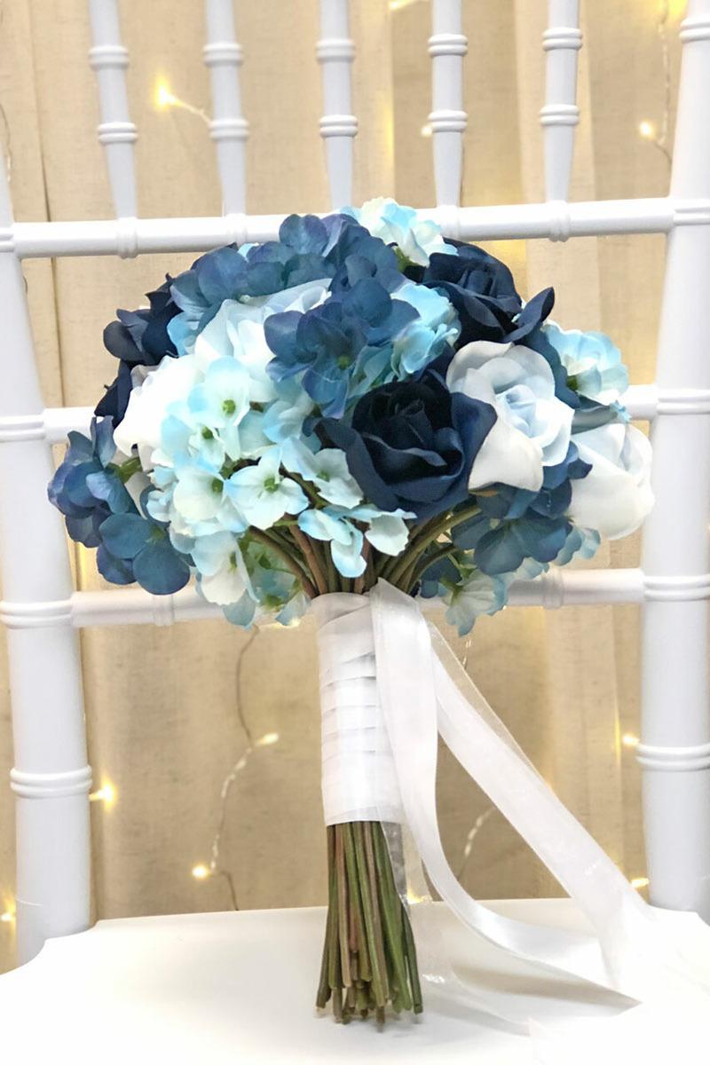 Bó hoa cưới cầm tay màu xanh dương từ hoa tử dương và hoa hồng