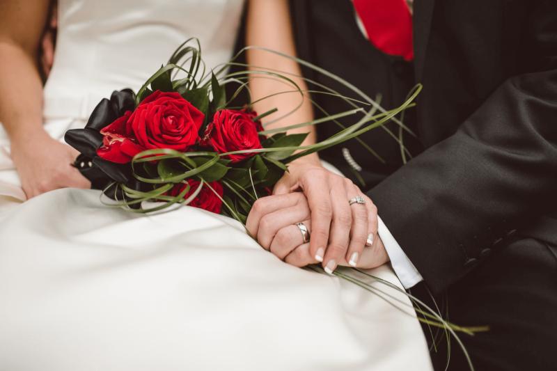hoa cưới cầm tay hoa hồng đỏ đơn giản mà tinh tế