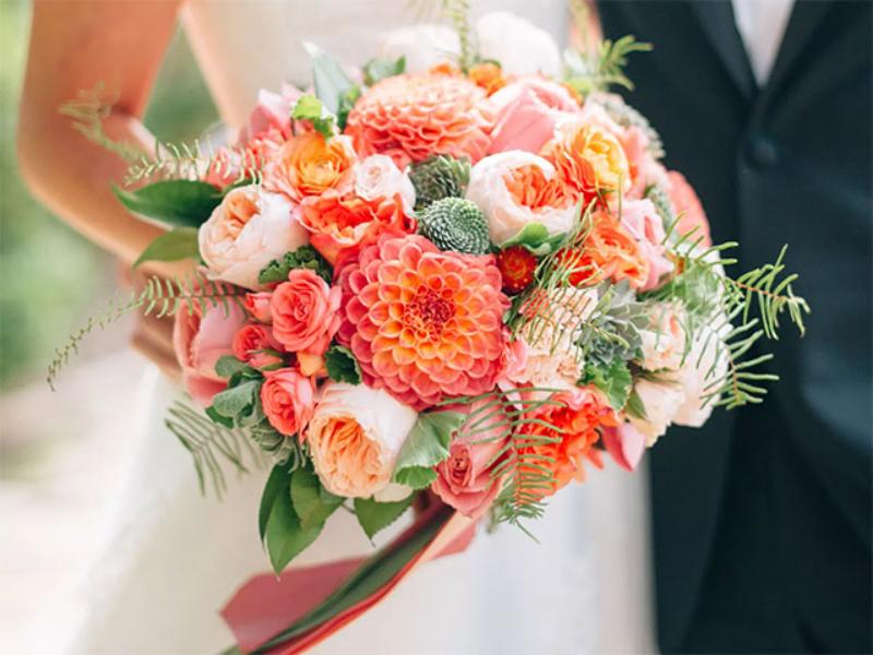 bó hoa cưới gam màu cam sặc sỡ