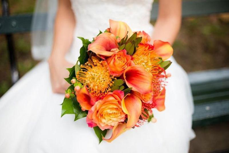 Bó hoa cưới cầm tay gam màu cam đơn giản mộc mạc