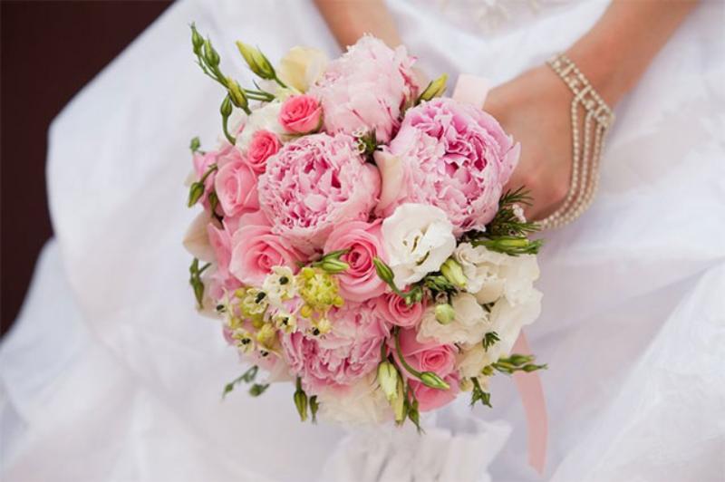 bó hoa cưới cầm tay mẫu đơn