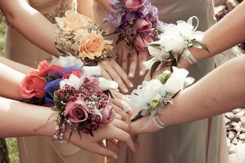 hoa cưới đeo tay độc đáo