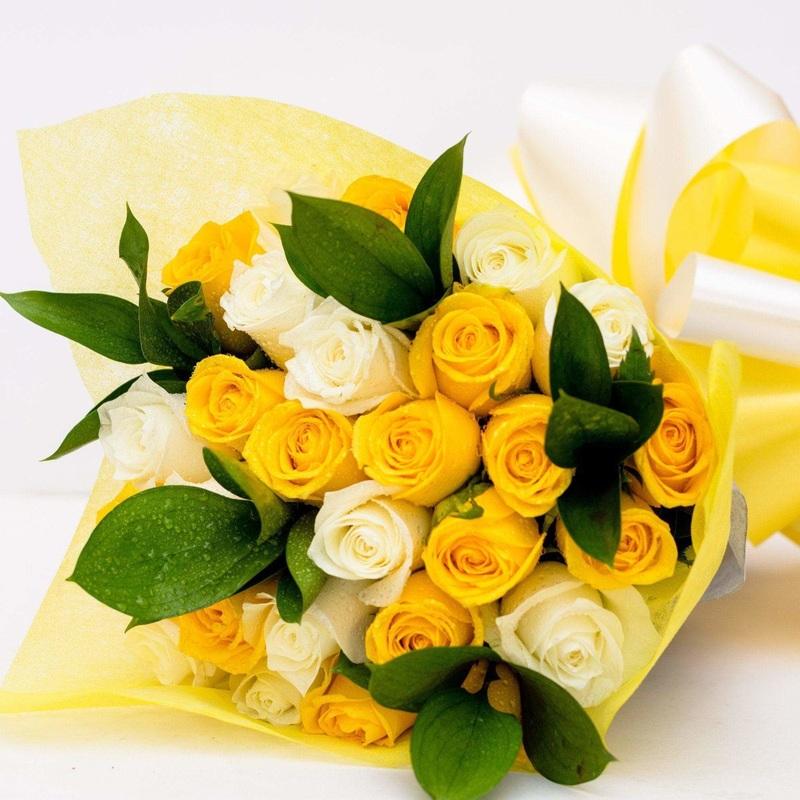 Bó hoa cưới cầm tay màu vàng hoa hồng trắng mix hoa hồng vàng