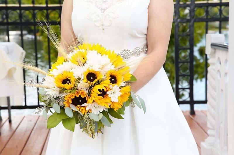 Bó hoa cưới cầm tay vàng hướng dương mix hoa cúc trắng