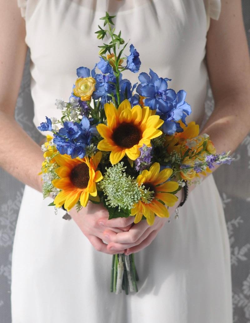 Bó hoa cưới cầm tay vàng hoa hướng dương mix hoa phi điểu xanh
