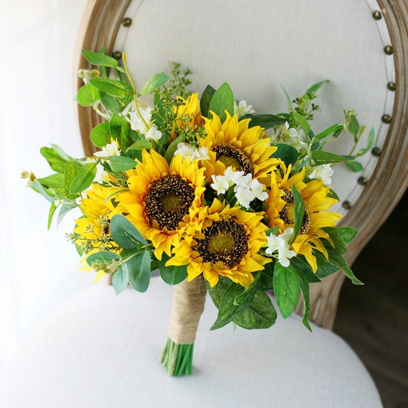 Bó hoa cưới cầm tay vàng hướng dương theo phong cách cổ điển