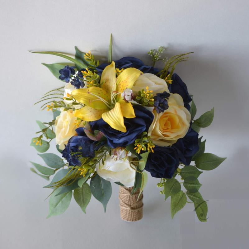 Bó hoa cưới cầm tay vàng từ hoa hồng và hoa ly