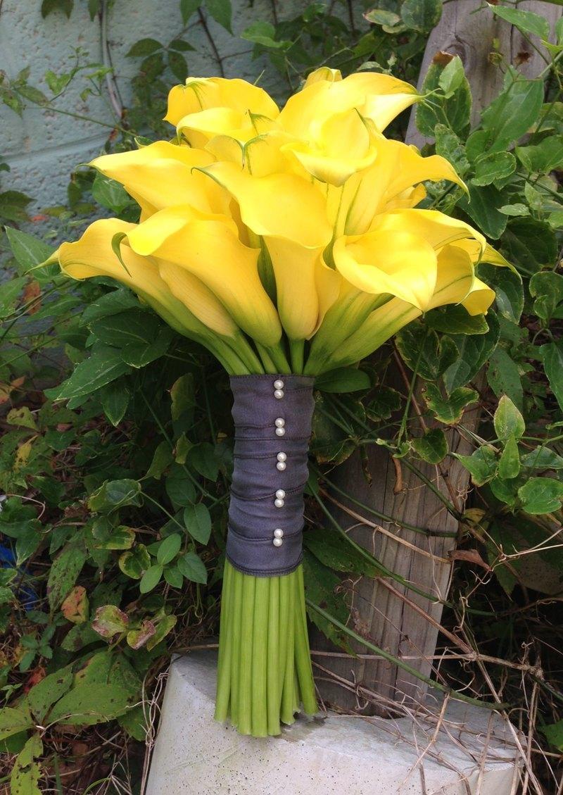 Bó hoa cưới cầm tay vàng từ hoa rum