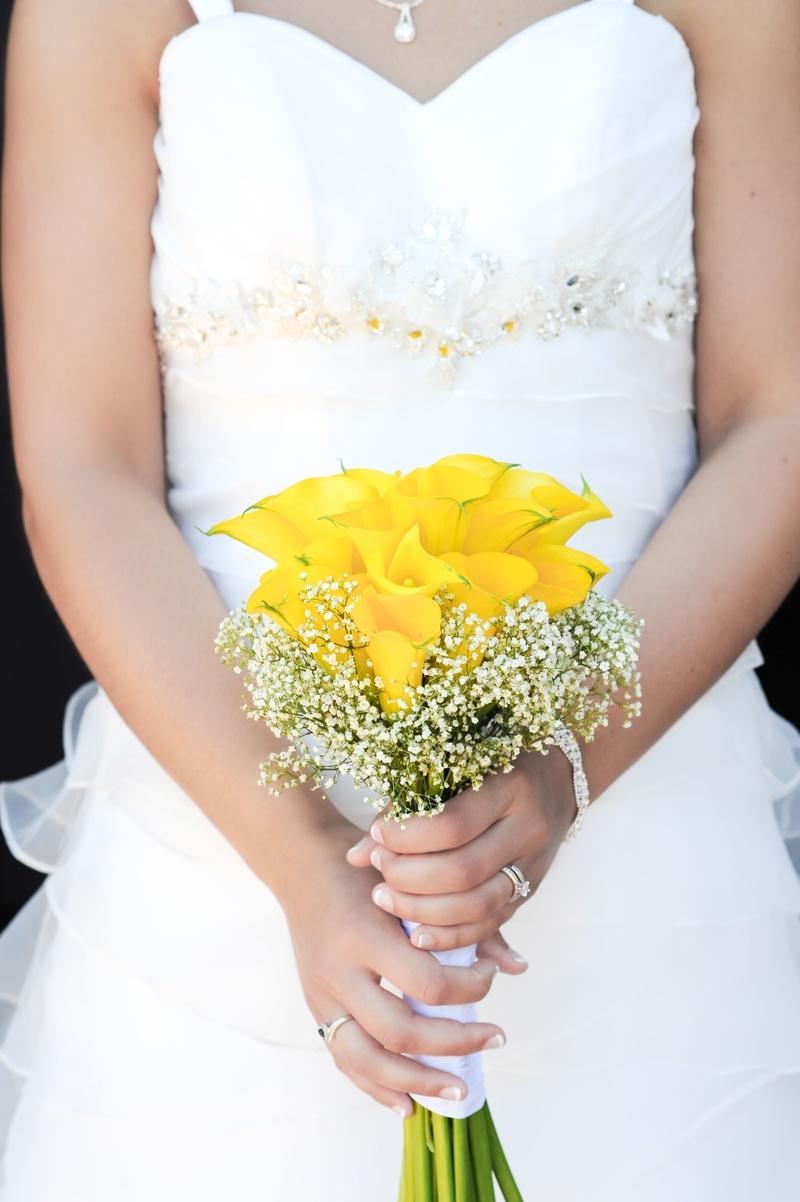 Bó hoa cưới cầm tay vàng từ hoa Calla Lily mix baby trắng