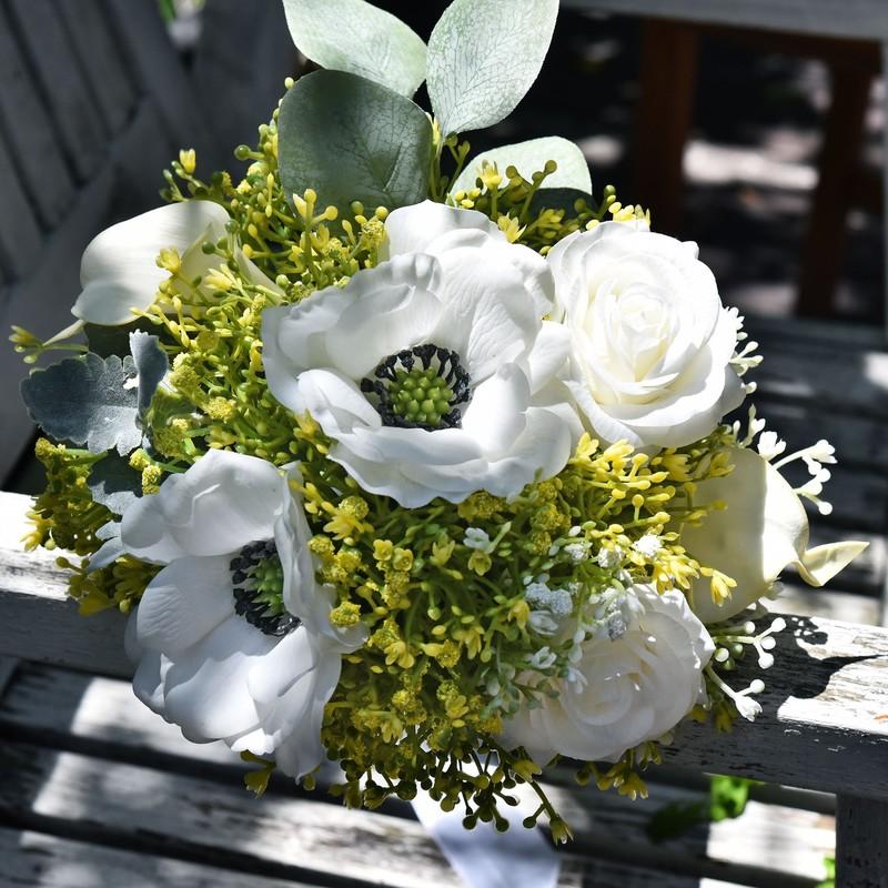 Bó hoa cưới cầm tay vàng từ hoa hồng trắng mix baby vàng