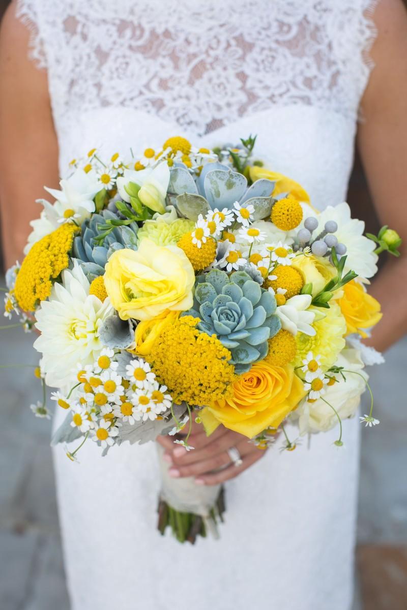 Bó hoa cưới cầm tay vàng từ hoa hồng vàng mix cúc tana và sen đá