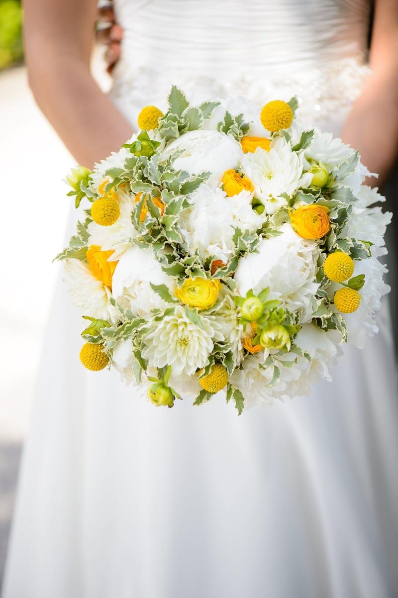 Bó hoa cưới cầm tay tone vàng trắng