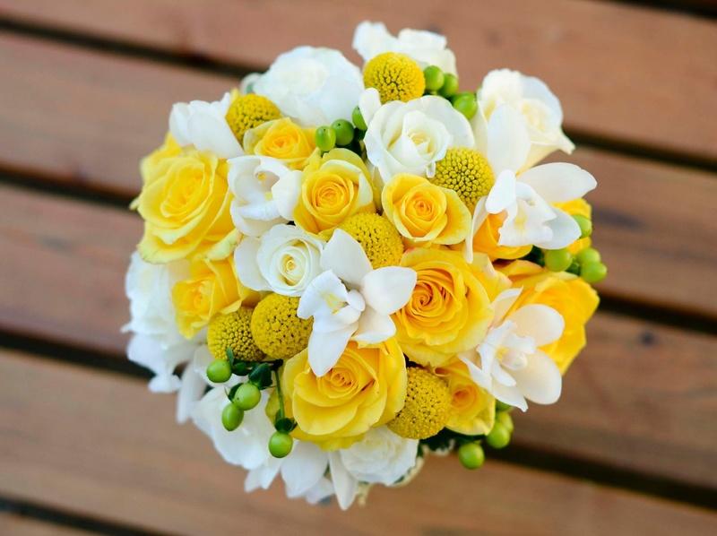 Bó hoa cưới cầm tay vàng từ hoa hồng vàng mix billy balls