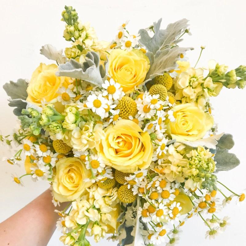 Bó hoa cưới cầm tay vàng mix hoa cúc trắng tinh tế