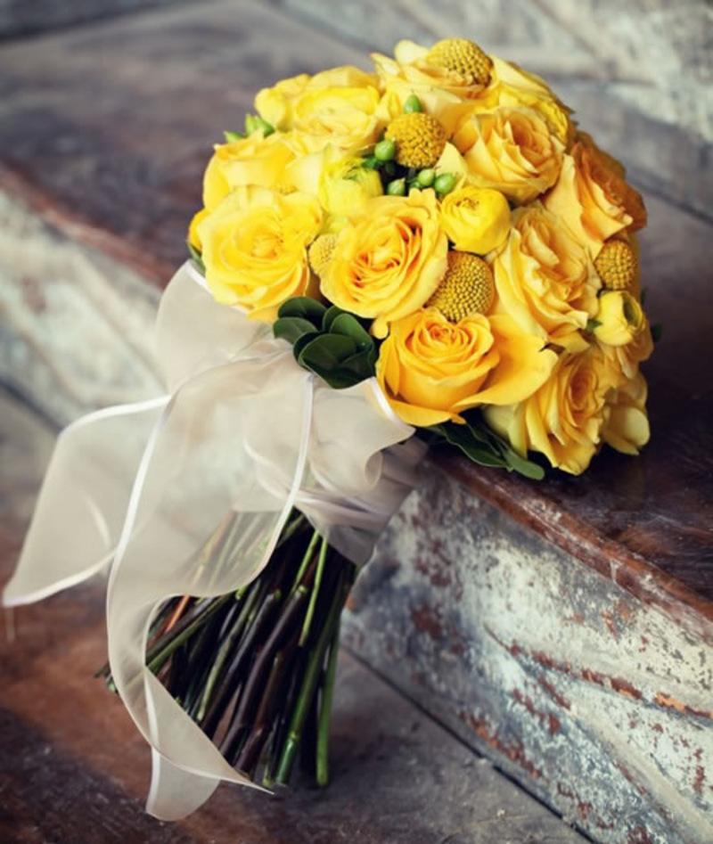 Bó hoa cưới hoa hồng cầm tay màu vàng