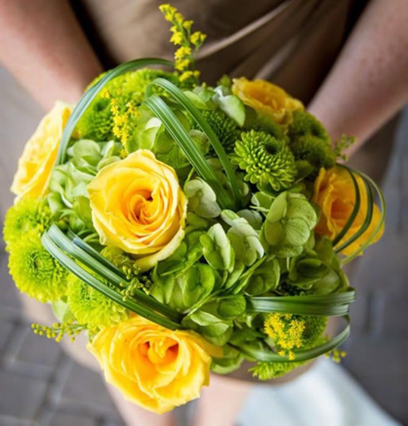 Bó hoa cưới cầm tay màu vàng mix xanh lá độc đáo