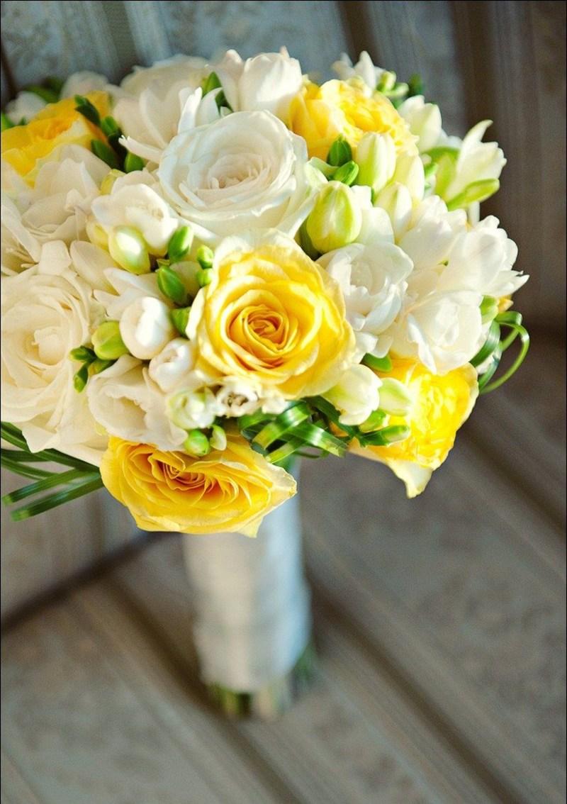 Bó hoa cưới cầm tay vàng hoa hồng trắng mix hoa hồng vàng