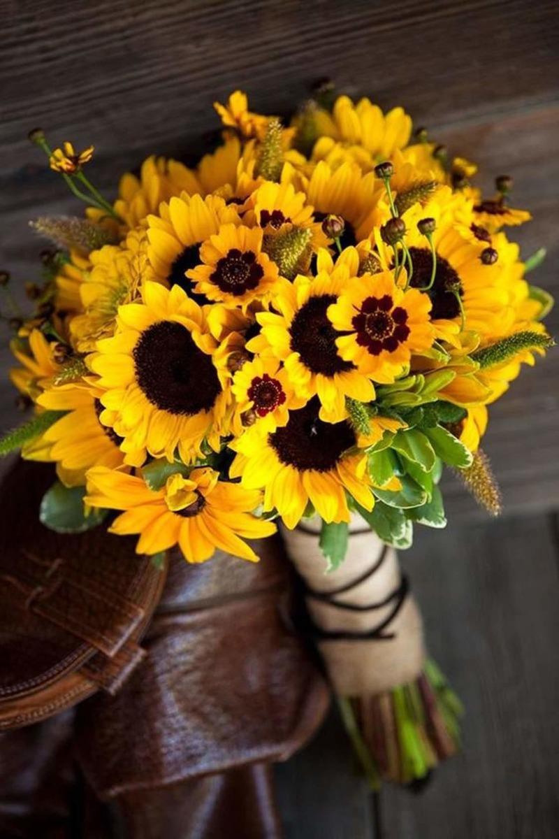 Bó hoa cưới cầm tay vàng hướng dương rực rỡ