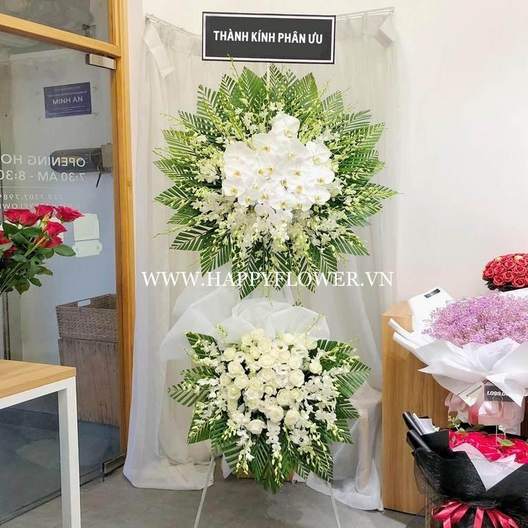 Kệ hoa đám tang màu trắng tại Happy Flower
