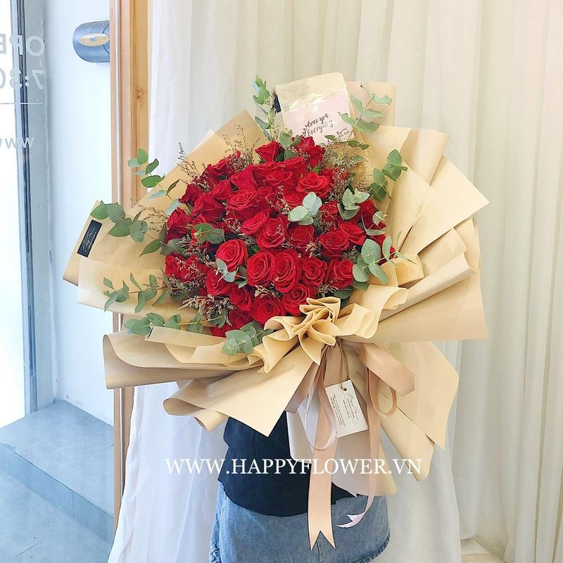 bó hoa hồng đỏ rực rỡ với giấy gói màu gỗ