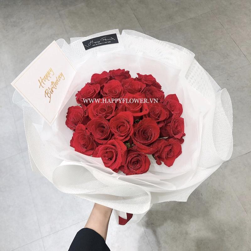 bó hoa hồng đỏ với giấy gói trắng