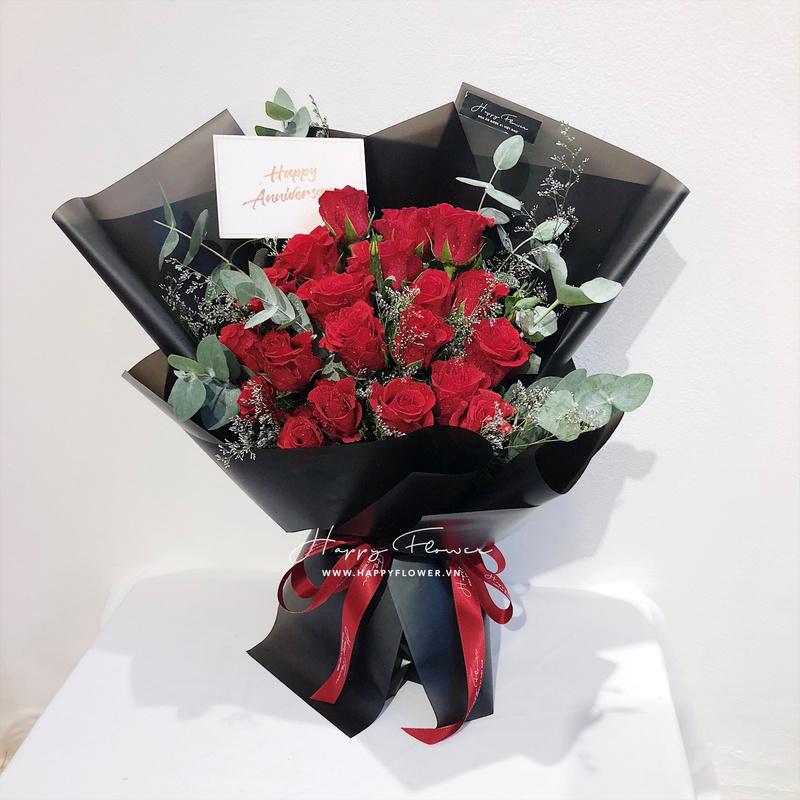Bó hoa hồng đỏ Đà Lạt với giấy gói màu đen