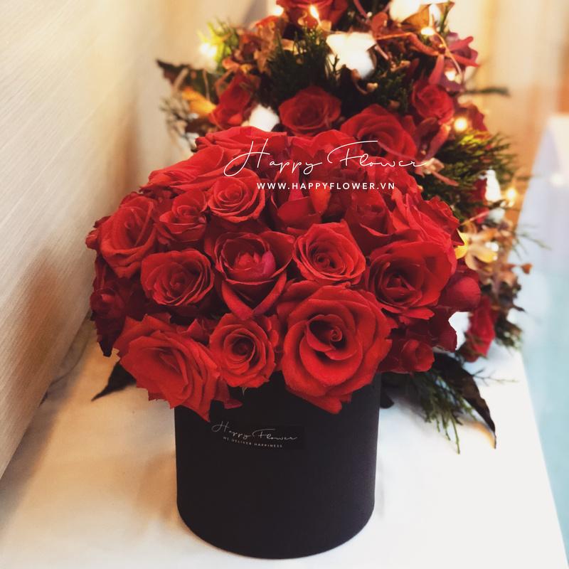 Hộp hoa hồng đỏ để bàn