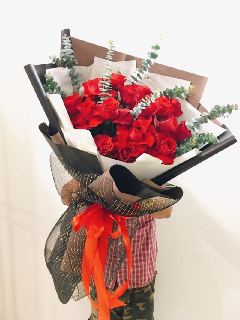 bó hoa hồng đỏ rực rỡ