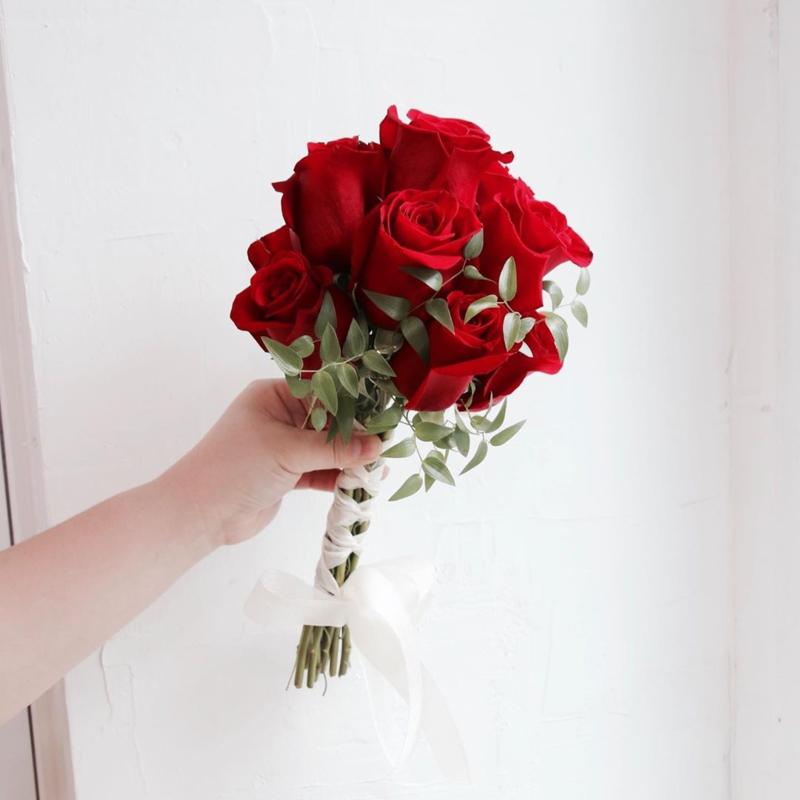 bó hoa cưới cầm tay hoa hồng đỏ dáng tròn