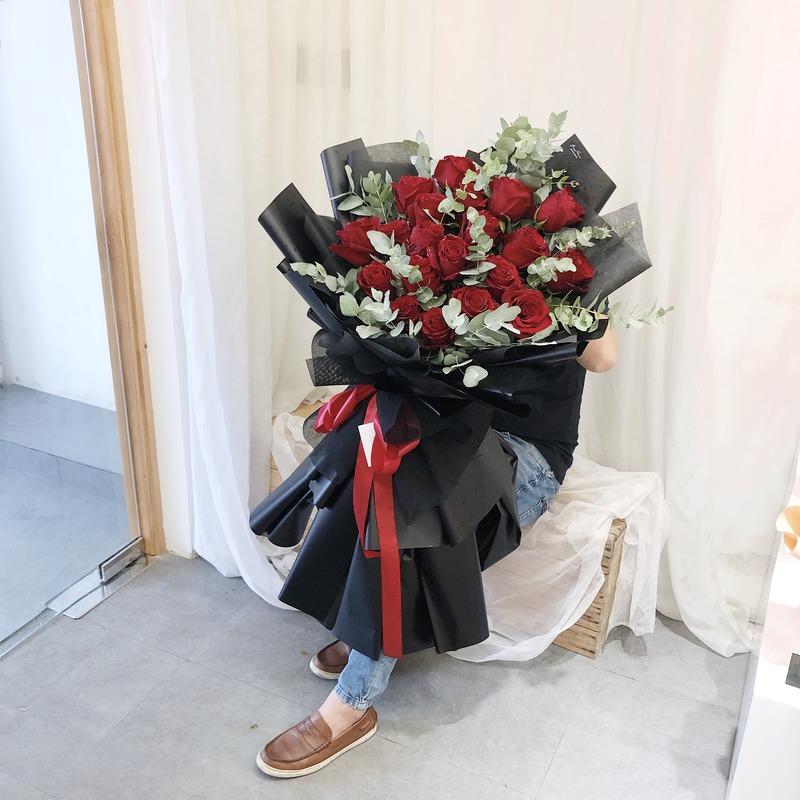 Bó hoa hồng đỏ Ecuador giấy đen size lớn giá bao nhiêu