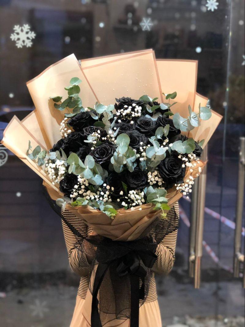 bó hoa hồng đen gói giấy