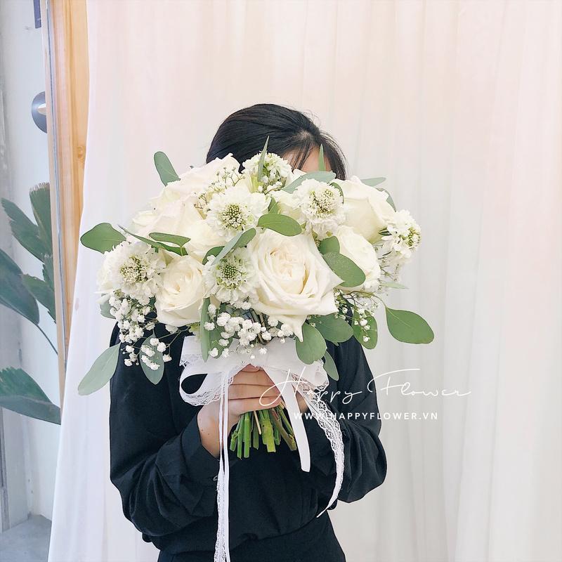 Bó hoa kết từ hoa hồng màu trắng và hoa baby