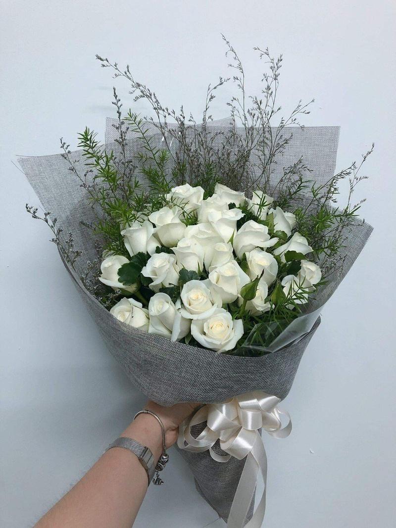 bó hoa hồng màu trắng kem