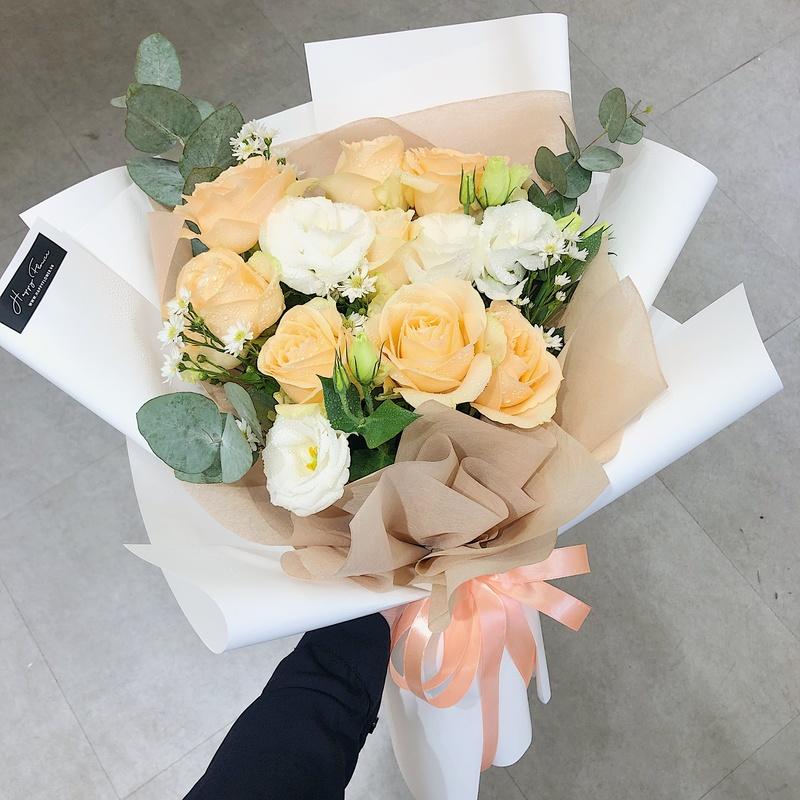 bó hoa hồng màu vàng và màu vàng kem