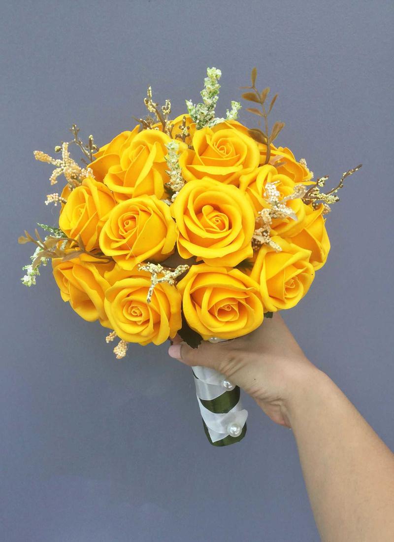 bó hoa cưới cầm tay hoa hồng vàng