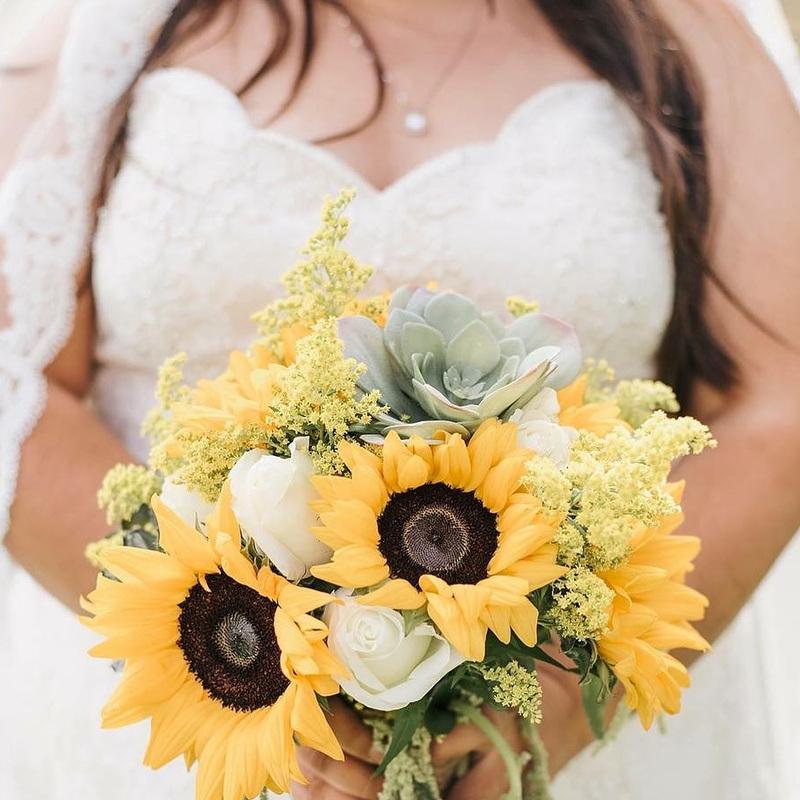 bó hoa hướng dương câm tay mix hoa hồng trắng và sen đá