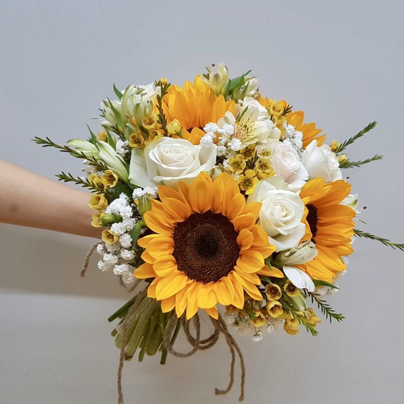 hoa hướng dương cầm tay mix hoa hồng trắng và hoa baby