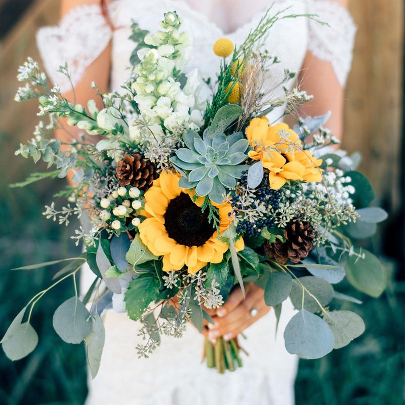 bó hoa hướng dương cầm tay kết hợp cùng màu xanh thiên nhiên của cây cỏ