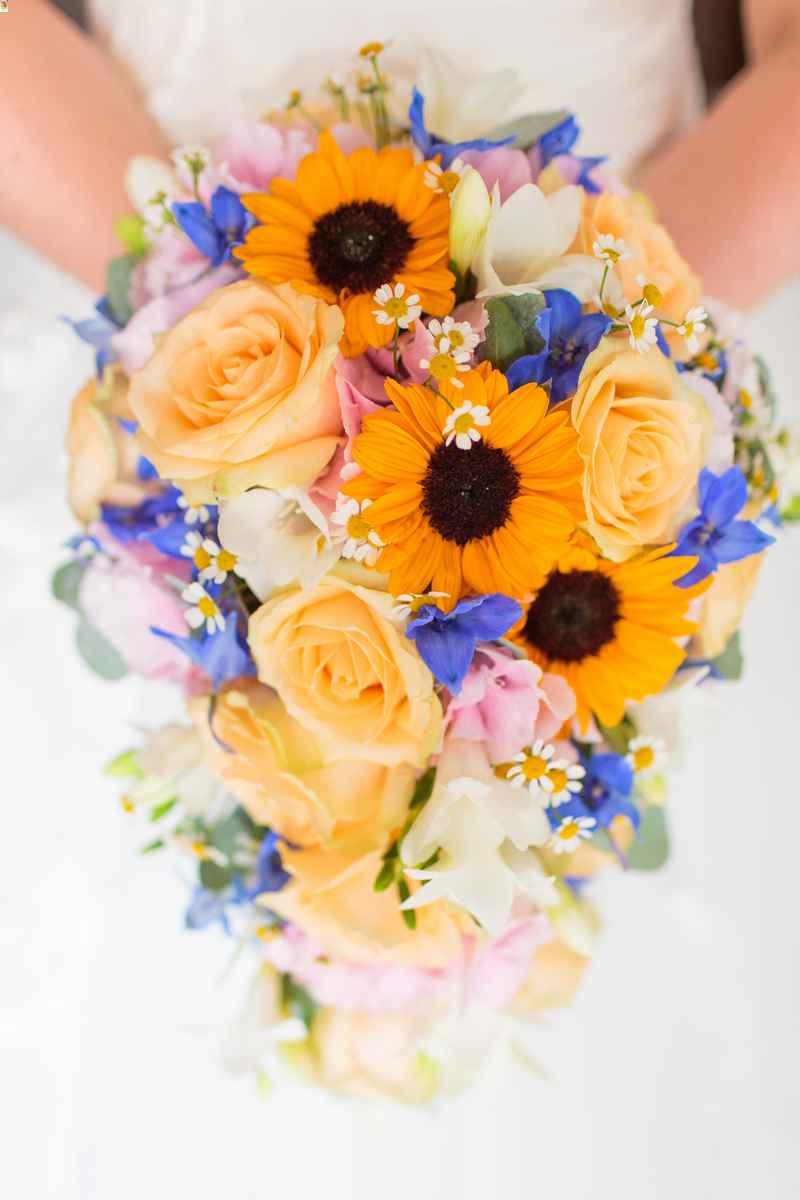 bó hoa hướng dương cầm tay dáng dài mix hoa hồng vàng pastel