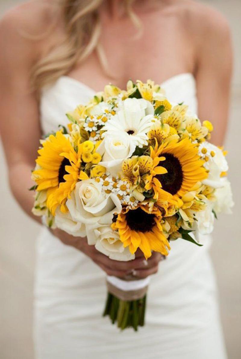 hoa cưới cầm tay hướng dương mix hoa hồng trắng và hoa cúc họa mi