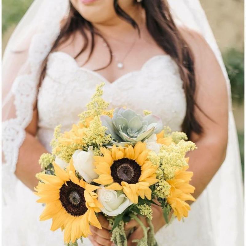 hoa cưới cầm tay hướng dương mix hoa hồng trắng và sen đá