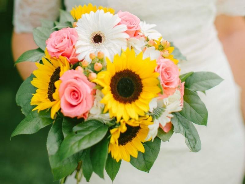 hoa cưới cầm tay hướng dương mix hoa đồng tiền và hoa hồng