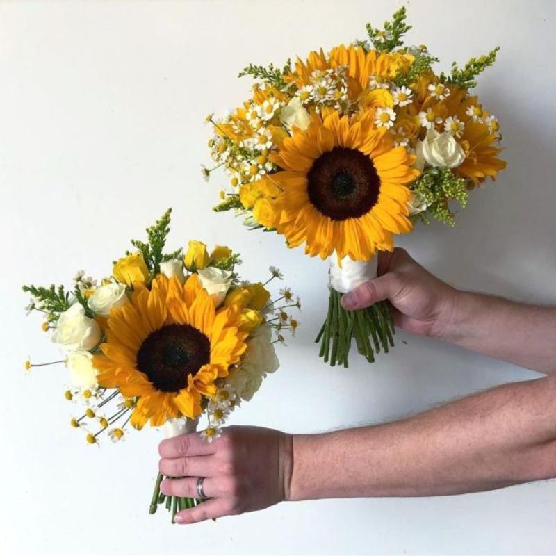 hoa hướng dương kết hợp cùng hoa hồng vàng nhạt và hoa cúc tana