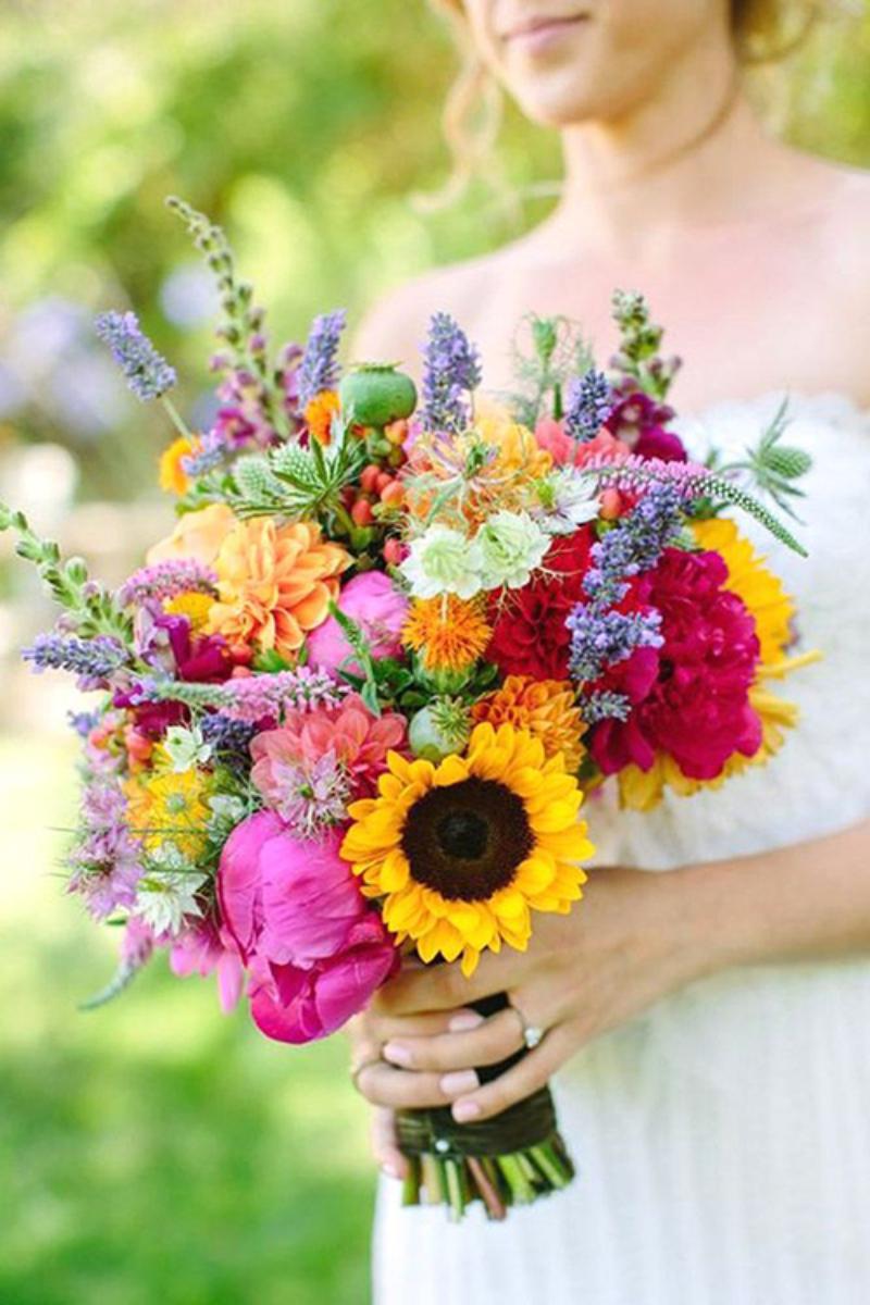 bó hoa cầm tay cô dâu hướng dương đầy sắc màu rực rỡ