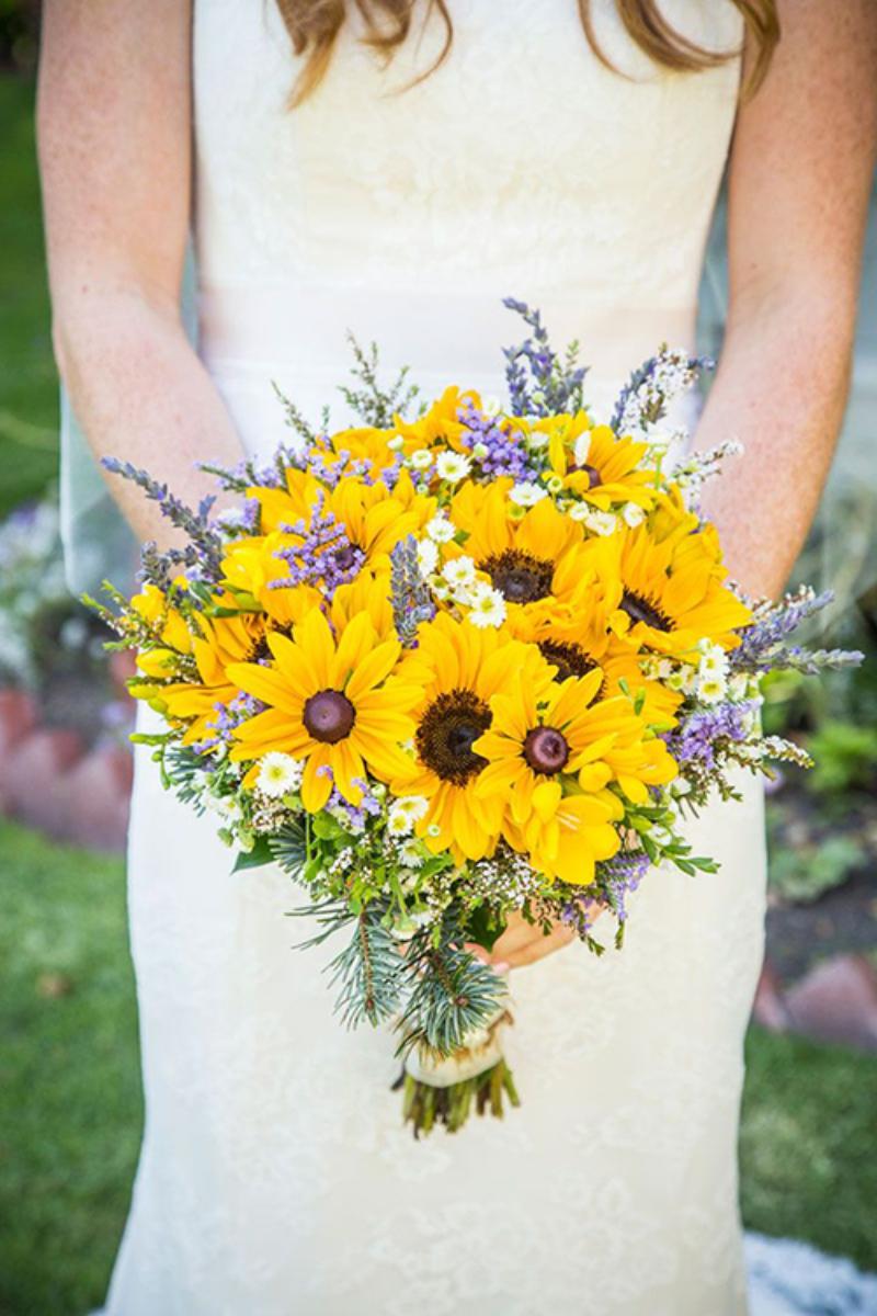bó hoa cần tay hướng dương cùng các cây cỏ dại xanh tím tinh tế