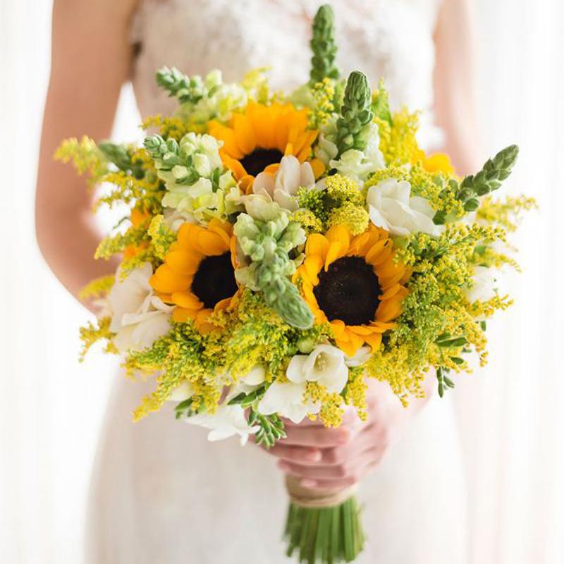 hoa cưới hướng dương bó tròn tone vàng xanh lá